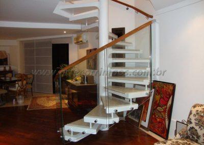 Corimão de Madeira cumaru encaixado no vidro na escada