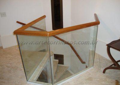 Corimão de Madeira encaixado no vidro