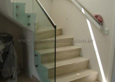 Corrimão de madeira laqueada branco com perfil de inox na escada