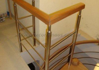 Escada Caracol em madeira jequitiba e inox