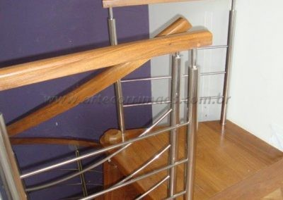 Escada Caracol feito de Madeira com aço inox