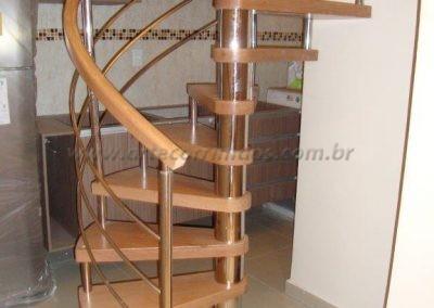 Escada Caracol madeira jequitiba e aço inox