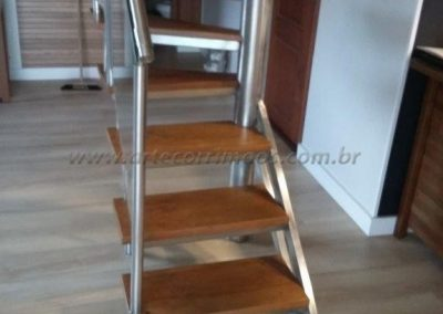 Escada Caracol quadrada bandeja de inox revestida degrau de madeira