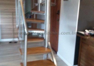 Escada Caracol quadrada bandeja de inox revestida degrau de madeira cumaru