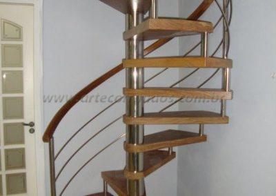 Escada caracol e guarda corpo sendo colunas e barrinhas de inox