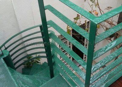 Escada caracol em ferro com chapa perfurada