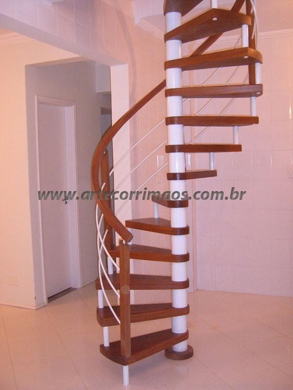 Escada Caracol Ferro e Madeira