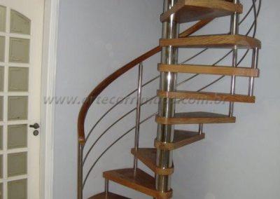 Escada caracol madeira com eixo de inox