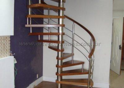 Escada modelo Caracol de Madeira com inox