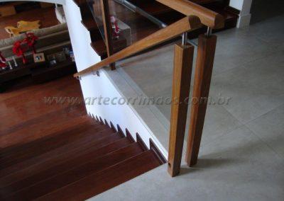 Guarda corpo de madeira cumaru com vidro 10 mm temperado incolor