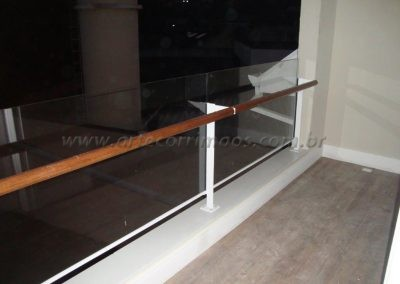 Guarda corpo vidro incolor e corrimão de madeira