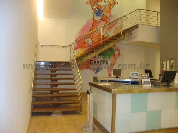 Escada em Madeira e Inox