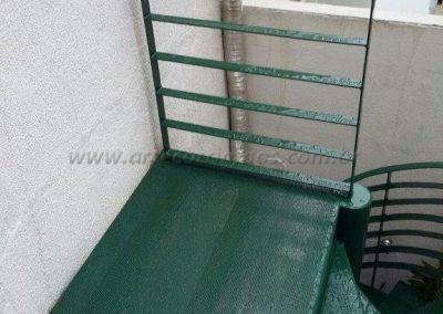 Patamar escada caracol de ferro com chapa perfurada e pintura esmalte sintetico
