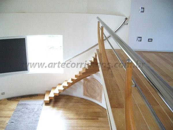 Escada Curva de Madeira