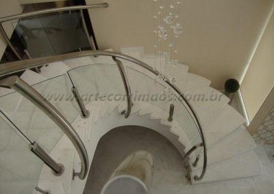 Vidro curvo incolor fixado por torres de inox escada guarda corpo