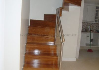 Escada Estruturada direto na parede madeira cumaru
