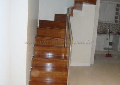 Escada Estruturada na parede de madeira cumaru