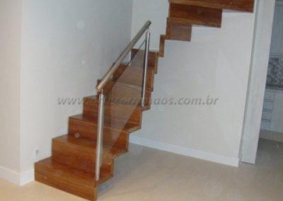 Escada Estruturada na parede em madeira cumaru