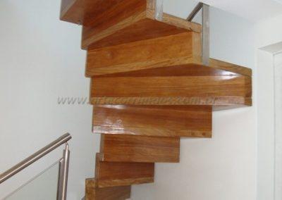 Escada Estruturada na parede madeira cumaru casa