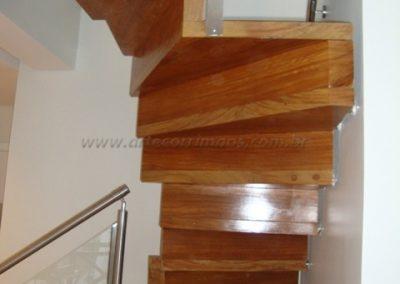 Escada Estruturada parede madeira cumaru