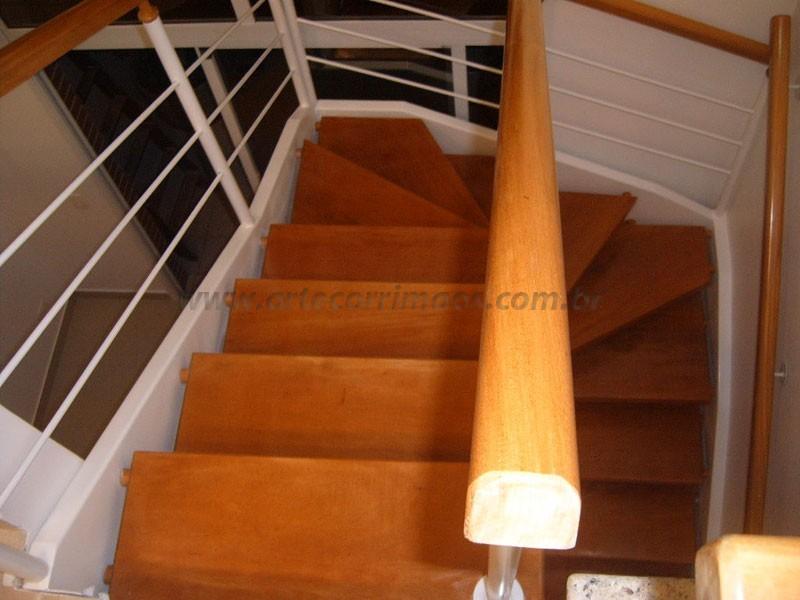 Corrimao de madeira e escada
