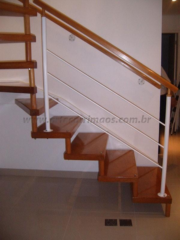 Detalhes Escada Madeira com corrimão