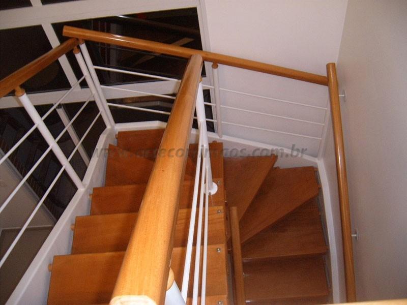 Escadaee corrimao de Madeira