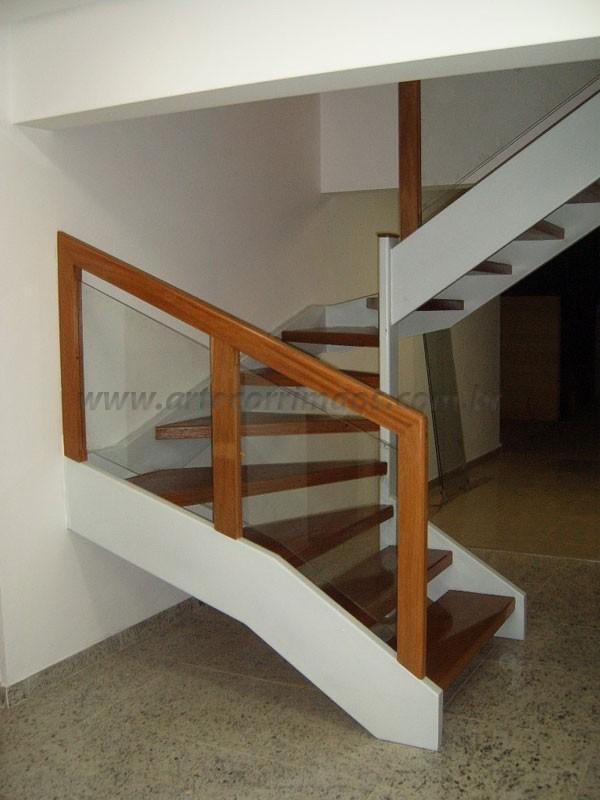 Escada Madeira c Corrimão