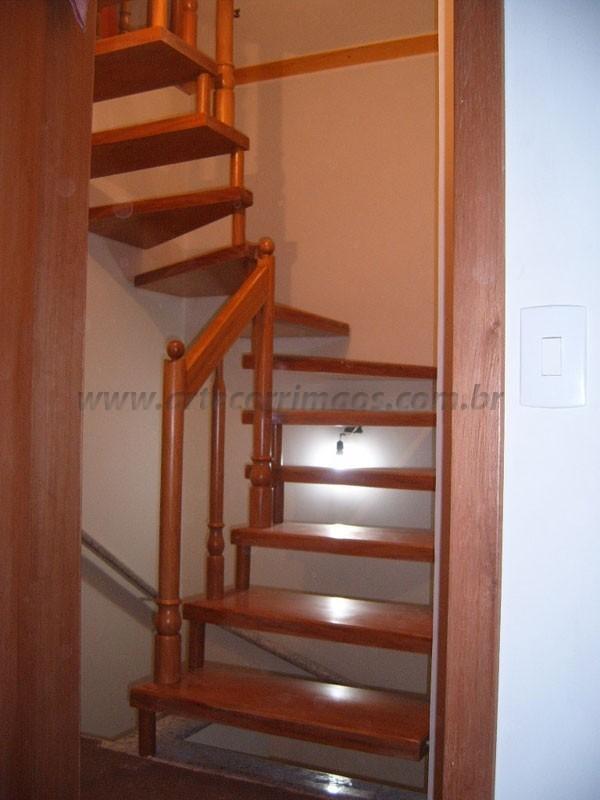 Escada de madeira com corrimao de Madeira