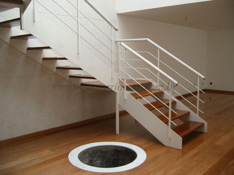 Escada de madeira com ferro branco