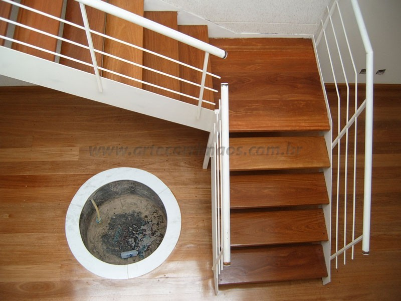 Escada de madeira e corrimao ferro