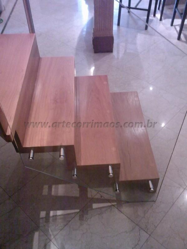 escada de madeira guarda corpo de vidro