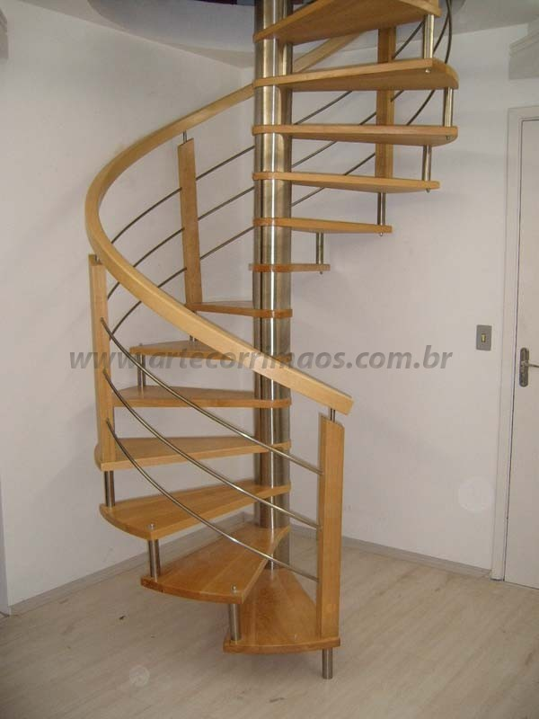 escada de madeira e inox curvo