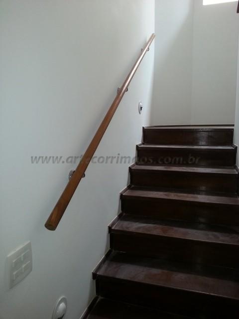 Corrimao de madeira na escada