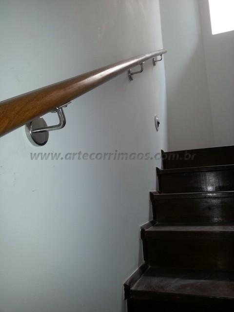 Corrimao de madeira na parede