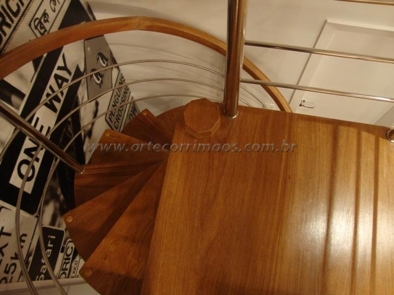 Escada Caracol degraus de cumaru maciço com acabamento