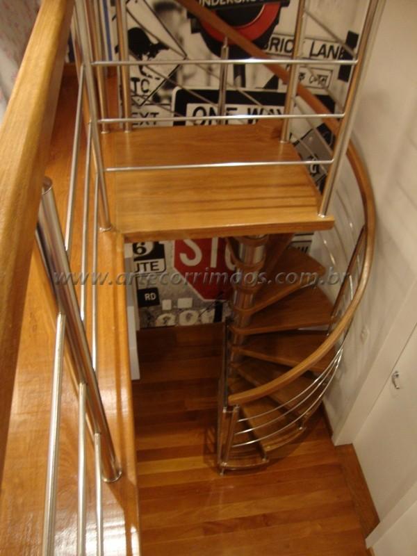 Escada caracol com guarda corpo calandrado