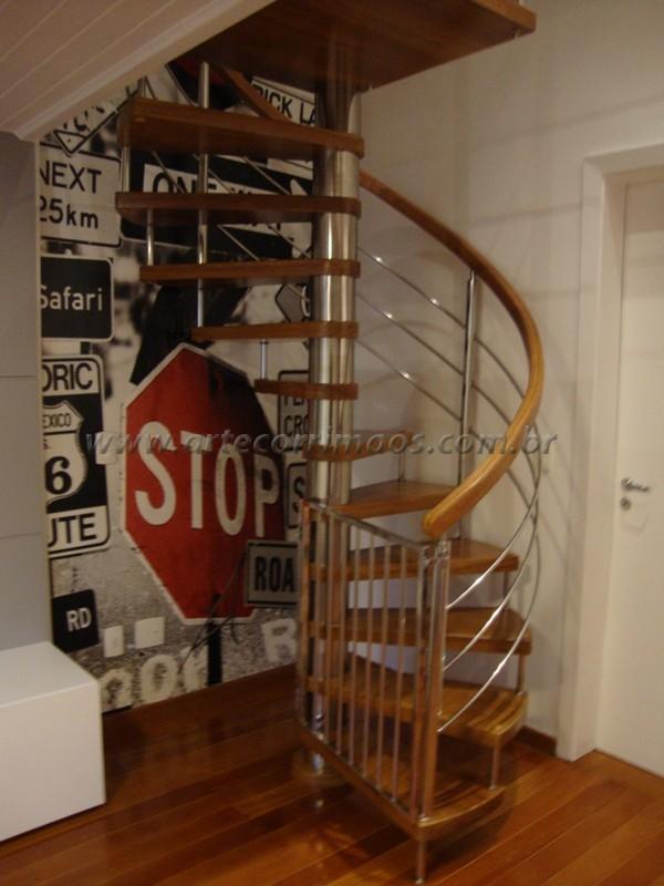Escada caracol eixo de inox degrau cumaru