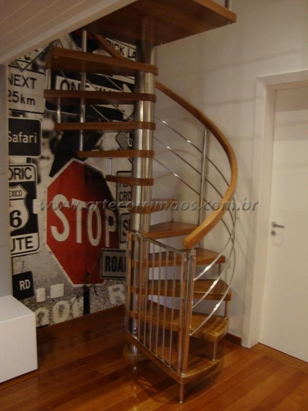 Escada caracol guarda corpo de inox com corrimão de madeira