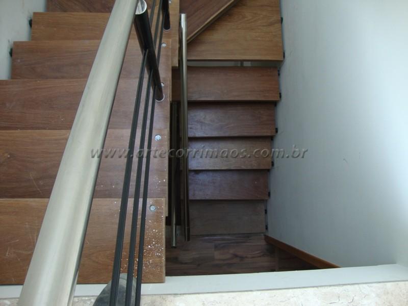 Escada de cumaru com guarda corpo em ferro e inox