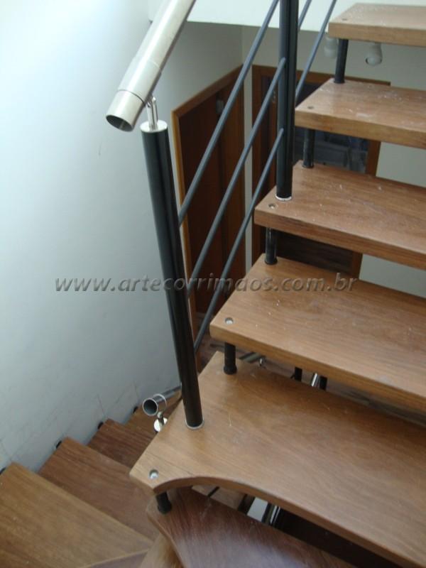 Escada suspensa fixada na parede degrau de cumaru detalhe