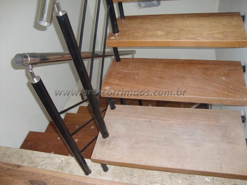 Escada suspensa fixada na parede