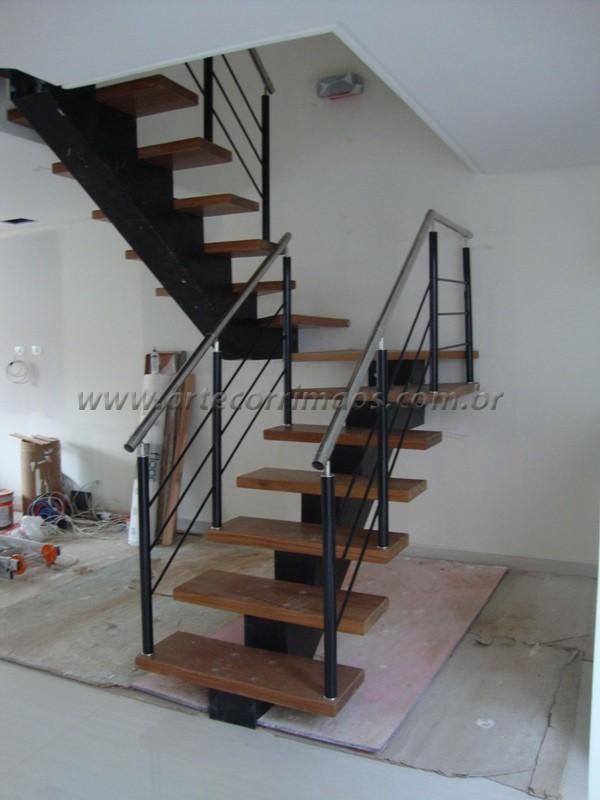 Escada viga central e guarda corpo lateral