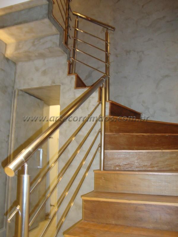 corrimão em inox em escada residencial piso madeira