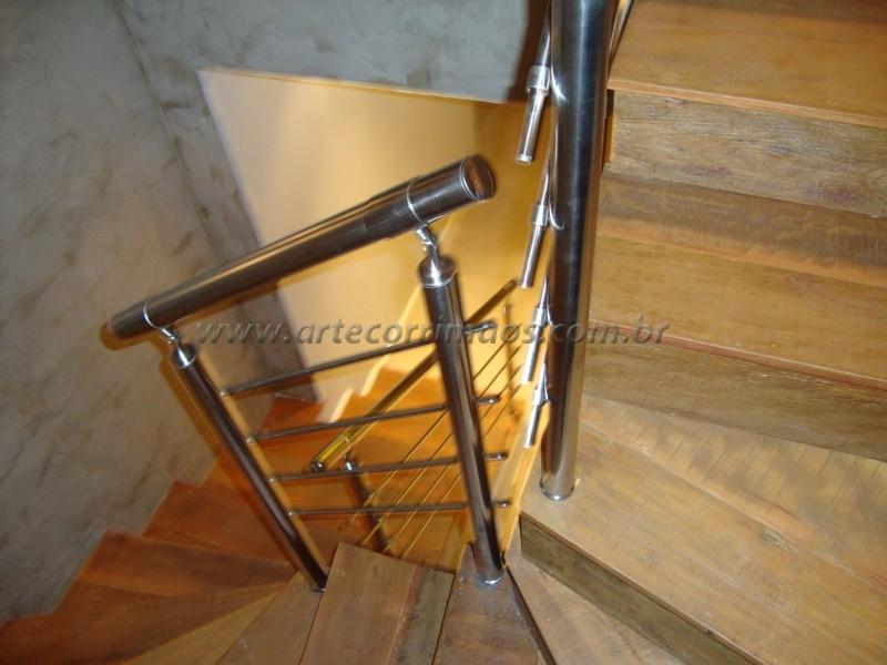 corrimão inox escada residencial piso madeira