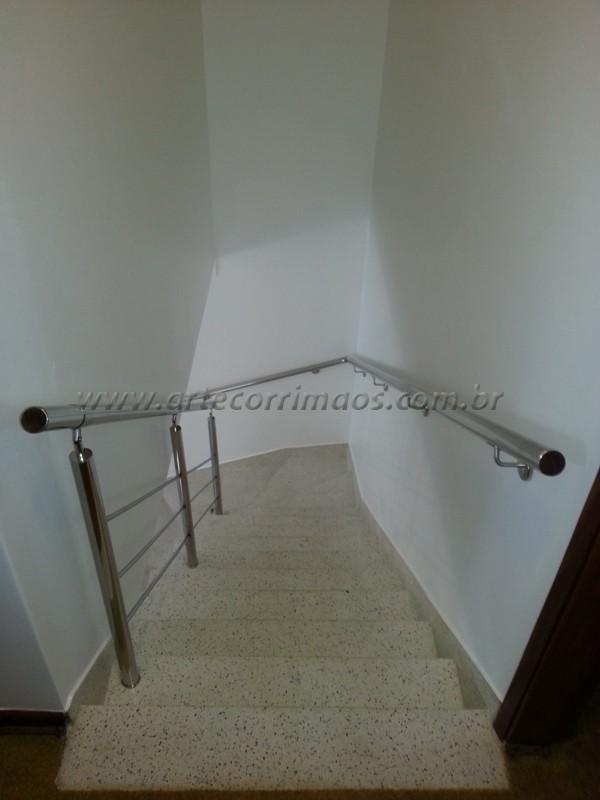 corrimãos de inox fixo na parede e no pé da escada