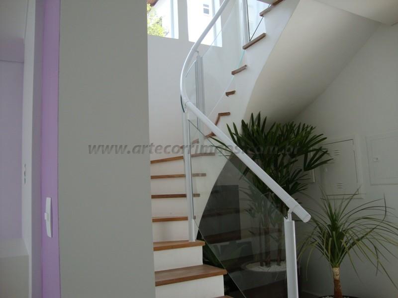 corrimao de ferro branco fechado com vidro na escada