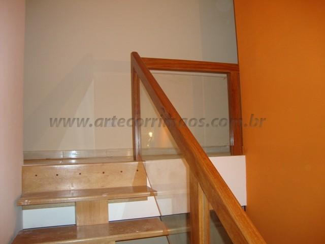 corrimao e escada madeira e vidro