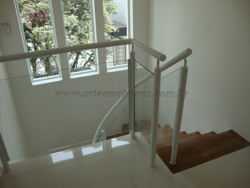 corrimao e guarda corpo de ferro branco fechado com vidro