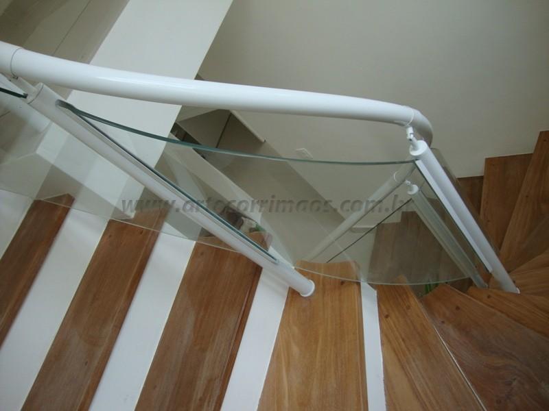 detalhe corrimao de ferro branco fechado com vidro